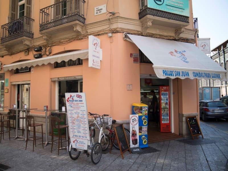 Fachada de la tienda física de Pollos San Juan